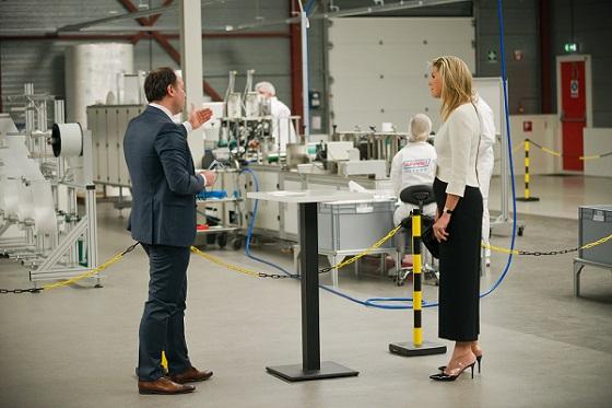 Koningin Máxima bezoekt AFPRO Filters mondkapjes fabriek in Alkmaar